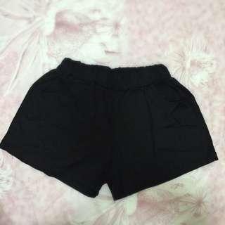 黑色斜紋布料短褲