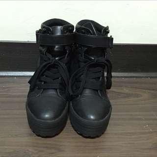 黑色厚底內增高造型卯釘短靴