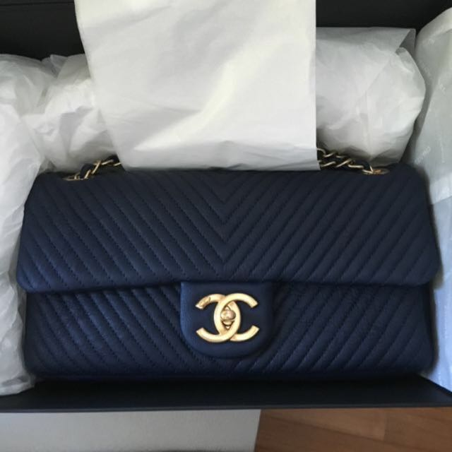 e89173e204fe Chanel Chevron Medium Single Flap, Luxury on Carousell