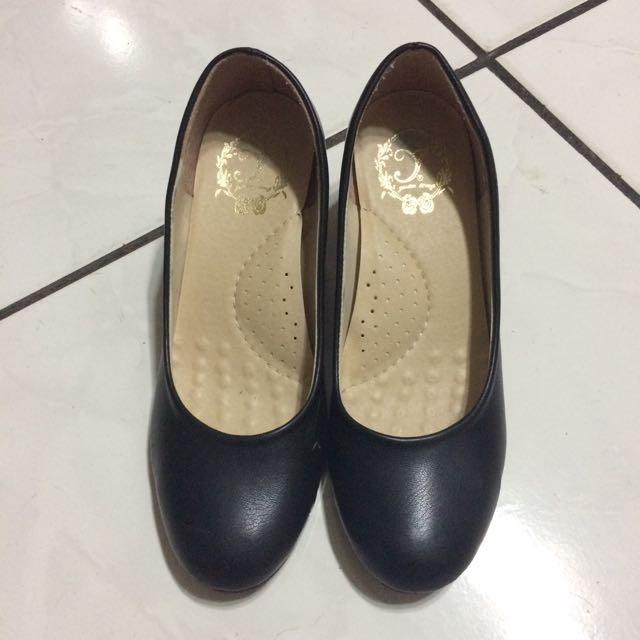 軟墊黑色素面低跟高跟鞋 23.5