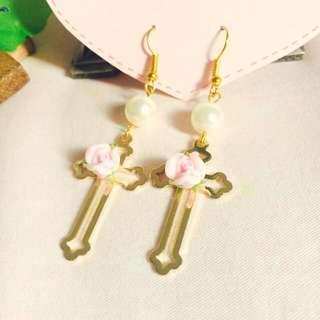 日本Vivi Zipper AMO 原宿系成熟氣質可愛少女風浪漫手作金屬十字架玫瑰珍珠耳環 耳鉤