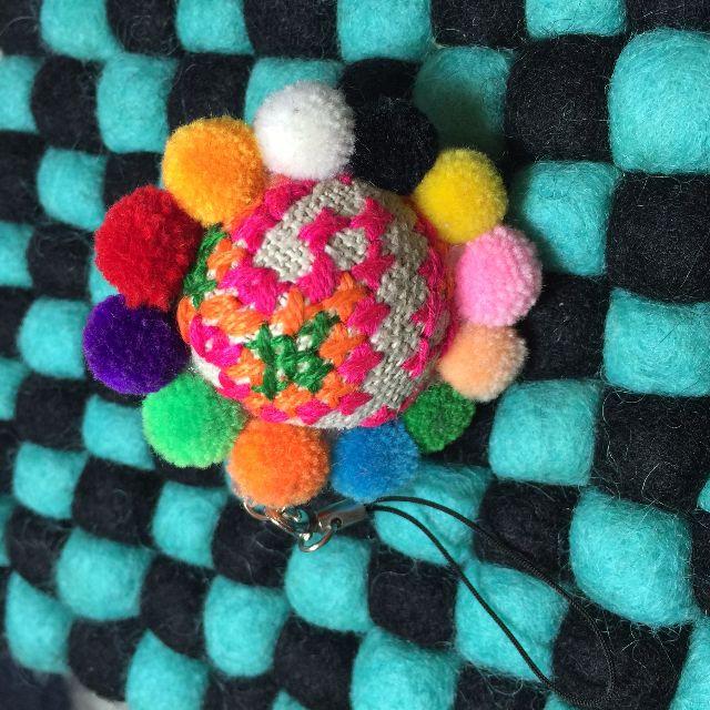 日本小店帶回 刺繡毛球彩色繽紛手機吊飾 免運