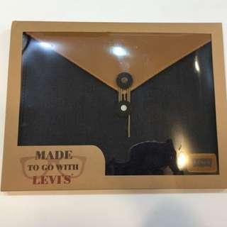 (保留中)Levi's文件袋(麂皮感上掀口+牛仔布質袋身)A4文件可輕易裝入還有空間唷!