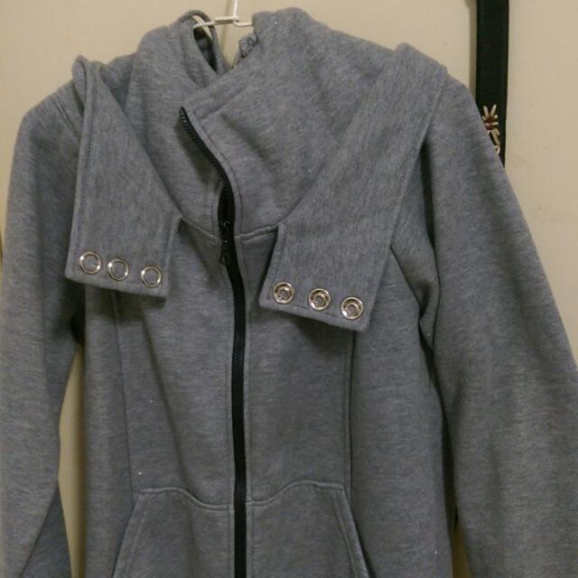 灰色連帽外套