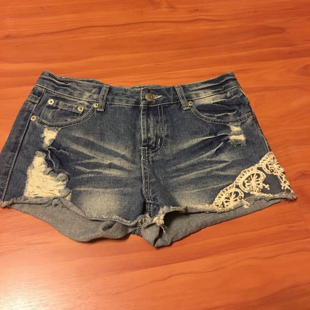 牛仔繡花短褲