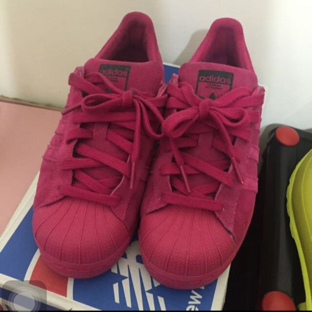 愛迪達 女生運動鞋愛迪達 Adidas 女鞋 運動鞋 基本款 球鞋 SUPERSTER 桃紅色 限定版 香港購買 尺寸22 尺寸偏很大 23-23.5的人可以穿剛好唷 穿過一兩次而已 九成新 沒鞋盒 直接帶回來的 可附上我其他的ADIDAS鞋盒