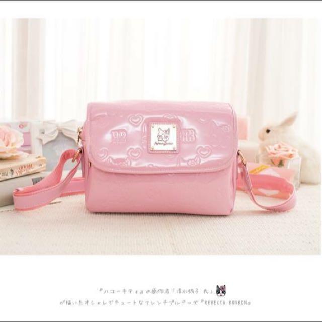 日本狗頭包 Rebecca Bonbon 經典壓印。掀蓋側背包【RB4-A52P】粉色