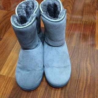 灰色毛毛雪靴