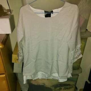 灰白色袖口鏤空上衣