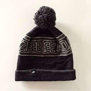 Nike 球球毛線帽 深灰色