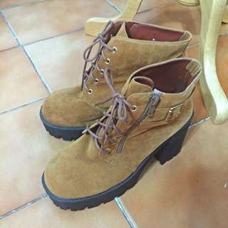 麂皮焦糖色 厚底高跟 假綁帶真拉鍊 日款短靴