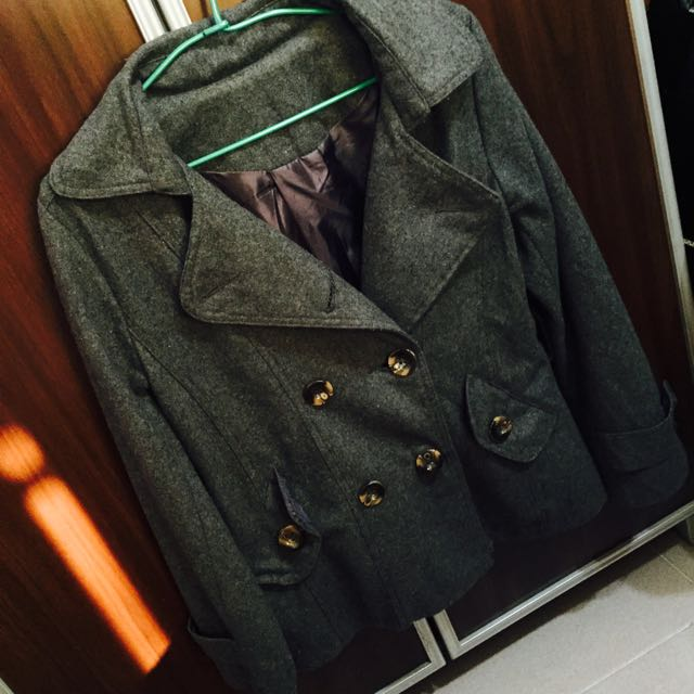 灰色排扣外套