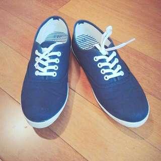 深藍帆布鞋