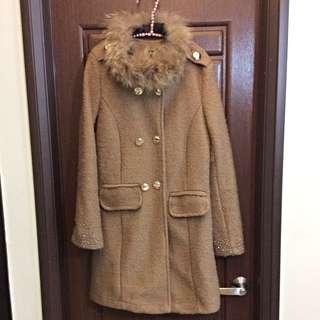 駝色毛領長版大衣