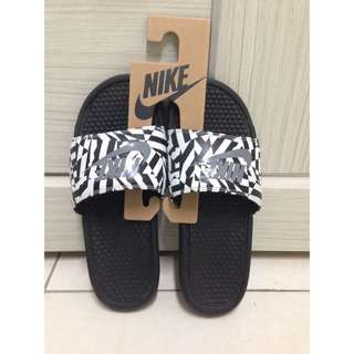 (待匯款)全新Nike黑底灰勾拖鞋