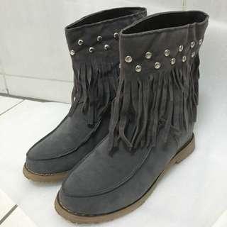 🚚 二手》灰流蘇內增高短靴