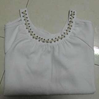 露肩白上衣 珍珠項鍊造型