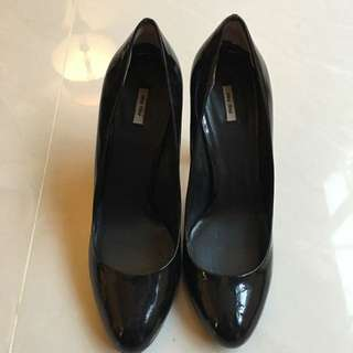 Miu Miu黑色漆皮包鞋