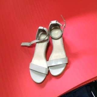 鐵灰色一字釦涼鞋