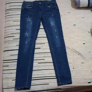 刷破星星造型 窄管牛仔褲