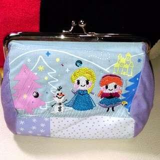 (免運)全新日本迪士尼冰雪奇緣口金刺繡包