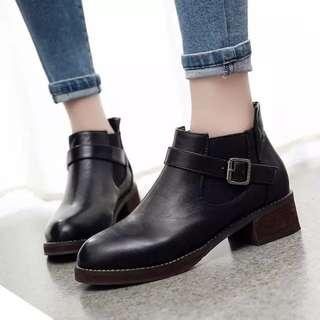 1113預購 英倫風平底跟短靴皮帶扣裸靴