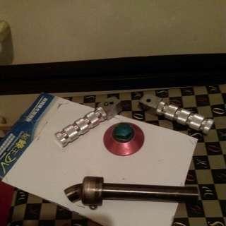 三張是後坐踏桿.四張是後輪螺絲(阿魯咪)另一支是排氣管改小孔