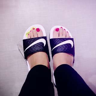 🎈 Nike 黑白 拖鞋