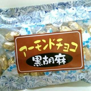 黑芝麻巧克力杏仁豆(日本)。年貨區