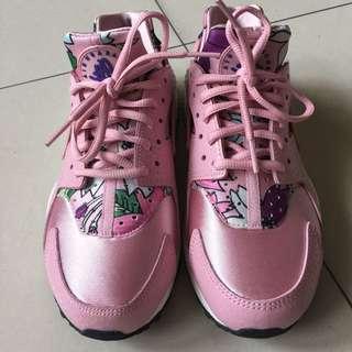 Nike 粉色花卉武士鞋