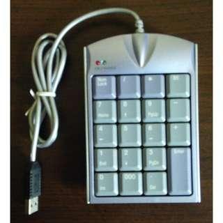 USB 2.0界面 九宮格 數字鍵盤 即插即用 本身還附1個USB接口 可插隨身碟 不多佔USB接頭
