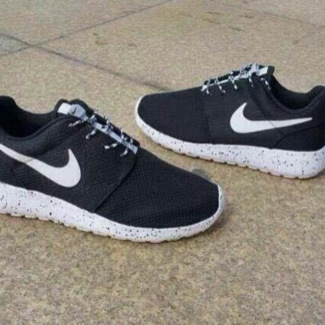 sports shoes 896ca c63bb Nike Roshe Run Oreo Sport Shoes, Sports on Carousell