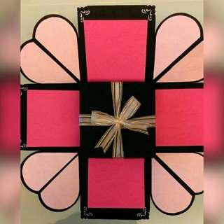 【立體禮物盒卡片】  此為配色參考 皆有拉照片及小口袋  含運費700  可訂製選色  紅色系、藍色系、黃色系、綠色系、紫色系、黑白色系、黑金、黑紅、Tiffany綠  附提袋   含製作約五個工作天  採郵寄