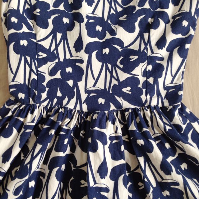 Small flower dress in white and navy