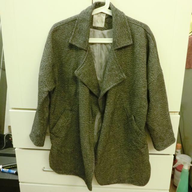 灰色翻領大衣