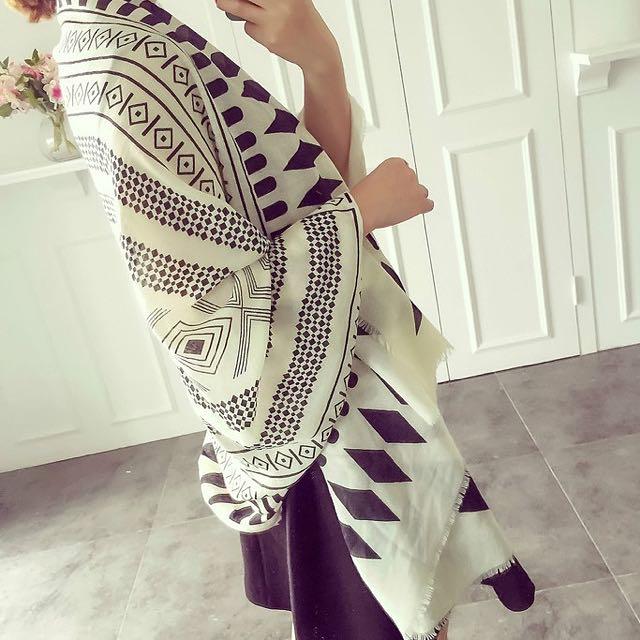 ☆Aly Look☆ (現貨*1)黑米白幾何菱形格子防曬披肩百搭造型披肩絲巾圍巾