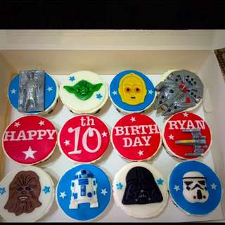 CUSTOMIZED STAR WARS CUPCAKES