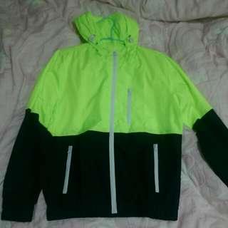 螢光綠陪深藍防風外套
