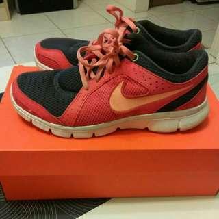 Nike女球鞋