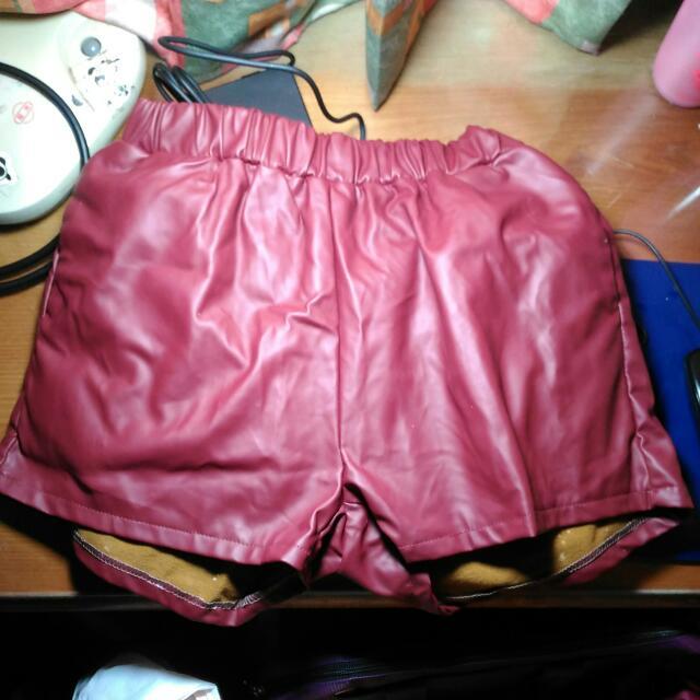 酒紅色刷毛彈性皮短褲