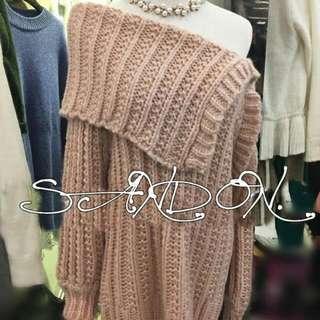 💖 (全新)粉色斜邊性感露肩長版毛衣 💖