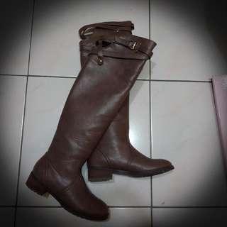 🚚 Grace Gift 硬挺皮革後空交叉過膝長靴 灰23.5(37)