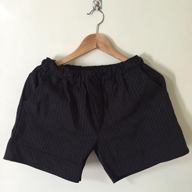 黑色直紋短褲