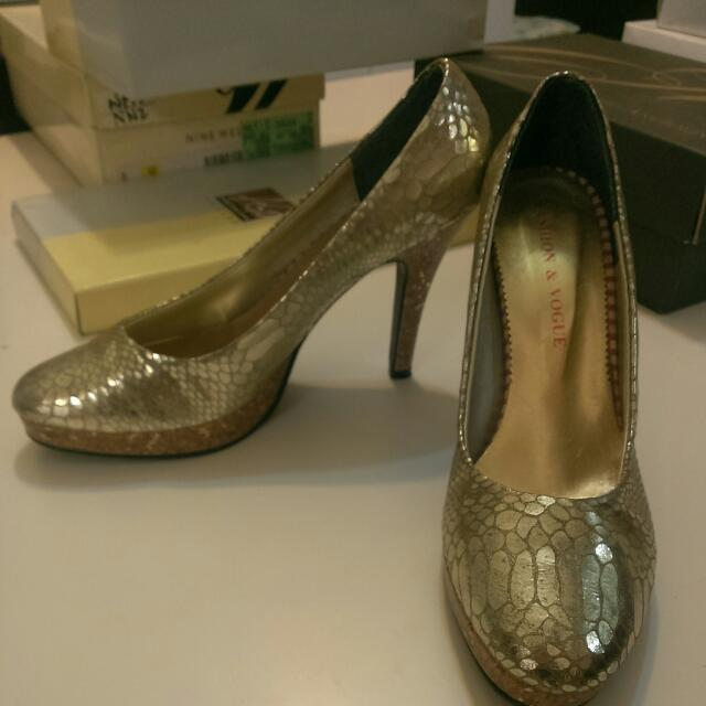 金色蛇紋高跟鞋