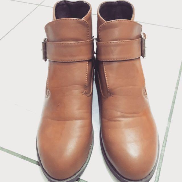 棕色低跟短靴