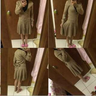 【商品名稱】MOMA卡其色針織羊毛連身洋裝裙或外套一件衣服兩種不同穿法M號
