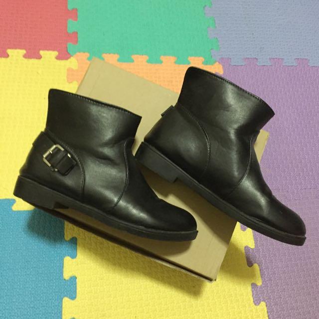 含運 率性金屬釦環帥氣韓款粗跟黑短靴 內裡格紋