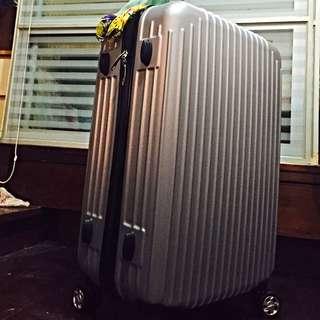 全新24質感太空灰行李箱(搬家出清,完全沒使用過),需要的捧友喜歡可議價,CP值很高喔:)