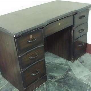 深色木頭書桌。辦公桌