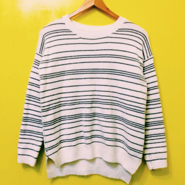 白底灰線條針織衫